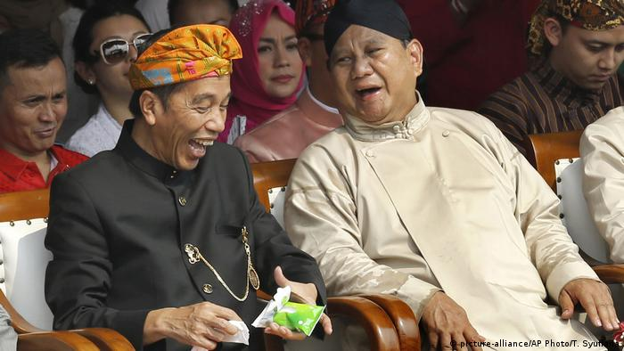 President Joko Widodo (l) and his rival Prabowo Subianto at a campaign kick-off ceremony in 2018