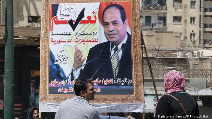 Ägypten Poster zur geplanten Verfassungsänderung (picture-alliance/AP Photo/A. Nabil)