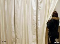 Una mujer acude a emitir su voto en Islandia, el país con más igualdad de género.