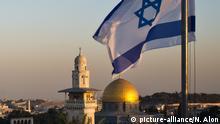 Bendera Israel dilatari aHaram al-Sharif di Yerusalem