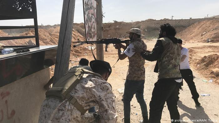 Auseinandersetzungen zwischen Haftars Streitkräften und der libyschen Regierung in Tripolis (picture-alliance/AA/H. Turkia)