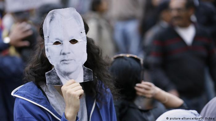 A protestor holds up an Assange mask (picture-alliance/dpa/D. Ochoa)