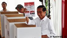 Indonesian President Joko Widodo casts his ballot during elections in Jakarta, Indonesia April 17, 2019. REUTERS/Edgar Su