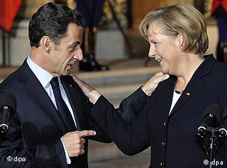 Nicolas Sarkozy und Angela Merkel begrüßen sich (Foto: dpa)