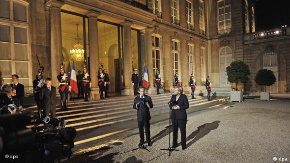 Sarkozy und Merkel vor dem Elyséepalast (Foto: dpa)