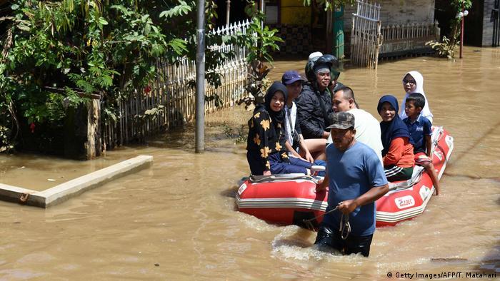 Indonesien Wahlen trotz Überschwemmung (Getty Images/AFP/T. Matahari)