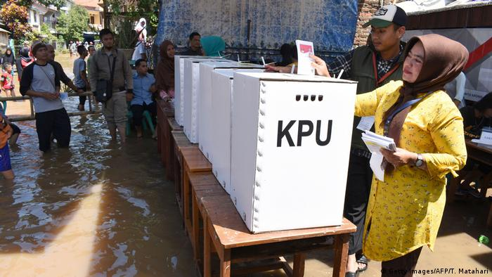 Wähler in Bandung trotzen der Überschwemmung