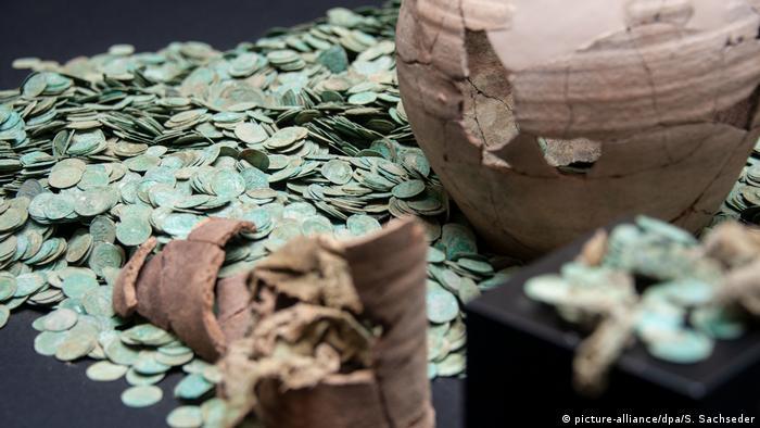 В Германии нашли 9 тысяч средневековых серебряных монет (фото)