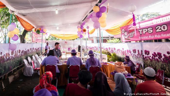 Ein fröhlich dekoriertes Wahllokal in Yogyakarta