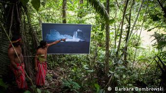 Ausstellungsfotos von Baarbara Dombrowski Tropic Ice, wo ein Bild aus Grönland im Regenwald zu sehen ist ( Barbara Dombrowski)
