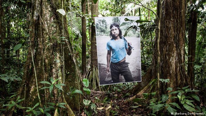 Ausstellungsfotos von Baarbara Dombrowski Tropic Ice, wo ein Ureinwohner des Regenwaldes zu sehen ist ( Barbara Dombrowski)