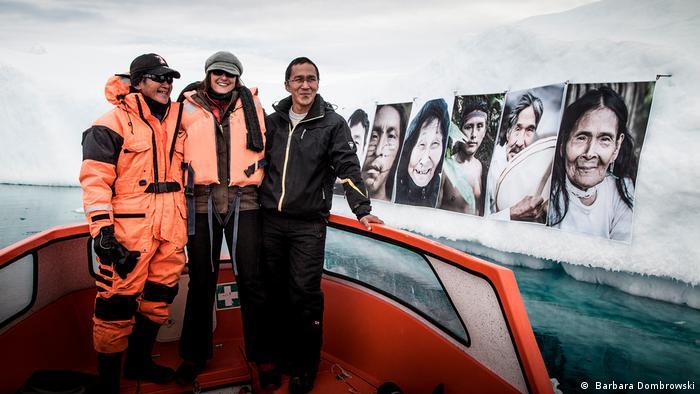 Die Fotografin Barbara Dombrowski vor ihrer Kunst in Grönland ( Barbara Dombrowski)
