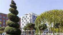DEU, Deutschland, Heilbronn, 11.04.2019 - Am 17. April öffnet die Bundesgartenschau in Heilbronn. Wohnbebauung im der sogenannten Stadt im Werden. 3500 Menschen sollen nach Schließung der Buga im neuen Quartier Neckarbogen wohnen. Höchstes Gebäude ist mit 34 Metern das höchste aus Holz gebaute Haus in Deutschland. Aus Brandschutzgründen ist die Fassade mit Aluminiumplatten verkleidet. Gebaut wurde das Holzhochhaus mit 60 Mietwohnungen von der Stadtsiedlung Heilbronn. Es trägt den Namen Skaoio. Es ist ein Beispiel für kommunalen Wohnungsbau. *** DEU Deutschland Heilbronn 11 04 2019 On 17 April, the Federal Horticultural Show in Heilbronn opens Housing development in the so-called town in the Werden 3500 people are to live in the new Neckarbogen quarter after the closure of the Buga At 34 metres, the tallest building is the tal