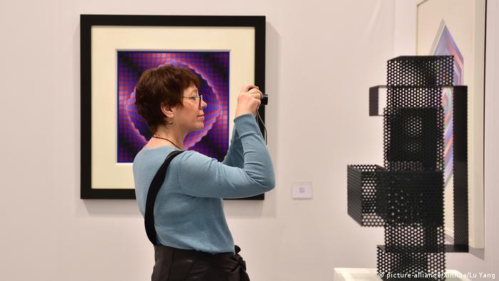نمایشگاه هنری آرت کلن (Art Cologne) که محفل بینالمللی مهمی برای خرید و فروش آثار هنری است، هر ساله در بهار برگزار میشود. امسال اما برگزارگنندگان این نمایشگاه ناگزیر شدهاند، زمان برگزاری را به خاطر ویروس کرونا از آوریل به نوامبر موکول کنند.
