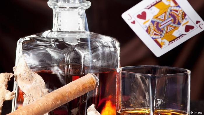 Eine Zigarre mit einer Flasche Brandwein.