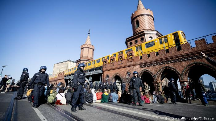 Activists on the Oberbaum Bridge in Berlin block traffic (picture-alliance/dpa/C. Soeder)