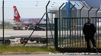 Deutschland Abschiebung abgelehnter Asylbewerber (picture-alliance/dpa/B. Wüstneck)
