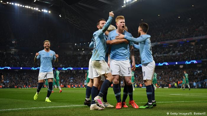 Manchester City players celebrate with Kevin de Bruyne