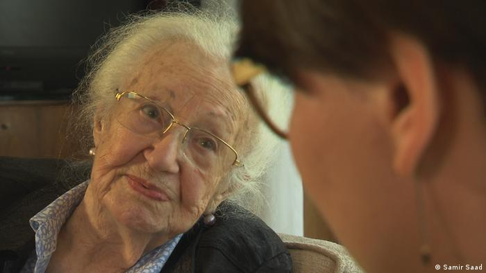 Sobrevivente do Holocausto Erna de Vries em sua casa no norte da Alemanha