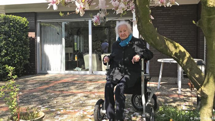 Sobrevivente do Holocausto Erna de Vries de cadeira de rodas