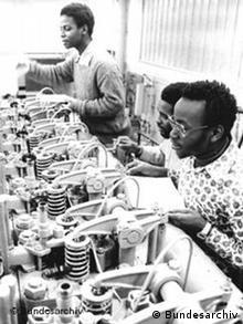 Em 1987, 13 jovens pescadores de Moçambique receberam instruções sobre como trabalhar com motores na empresa estatal VEB Fischfang Rostock.