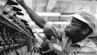 João Nanelo de Moçambique na sala de máquinas da empresa têxtil Mittweida, próximo da cidade de Karl-Marx-Stadt (hoje Chemnitz) em 1987.