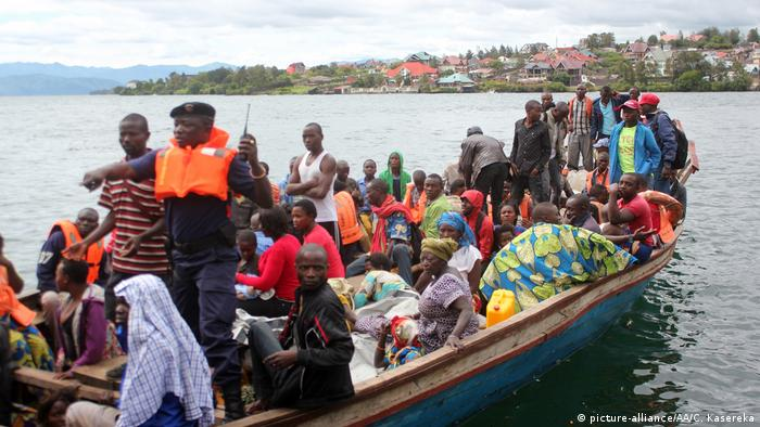 Congolese security forces help 16 other passengers from the water after the commuter vessel capsized in the middle of the lake Kivu (picture-alliance/AA/C. Kasereka)