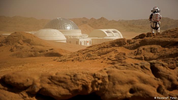 """U pustinji Gobi na sjeverozapadu Kine ove nedjelje otvorena je simulacija Marsa. Za razliku od sličnih projekata u drugim zemljama, to nije naučni eksperiment, već zabava za turiste. Za jednog od prvih posjetilaca, lažni Mars je ispao dobro: """"Vidjeli smo monolit, krater i pećinu. Ovdje je bolje nego kako ja zamišljam Mars"""", rekao je jedan 13-godišnji učenik."""