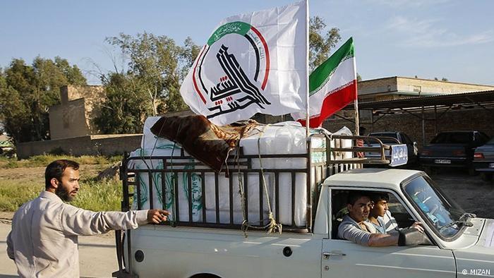 سيارة تحمل علم ميليشيا الحشد الشعبي في العراق