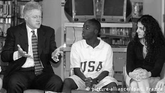 Ο τότε πρόεδρος των ΗΠΑ Μπιλ Κλίντον είχε επισκεφθεί το Κόλουμπαϊν για να συνομιλήσει με μαθητές