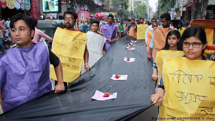 Bangladesh | Demostranten fordern Gerechtigkeit für die ermordete Teenagerin Nusrat Jahan Raafi (picture.alliance/ZUMAPRESS/R. H. Khan)