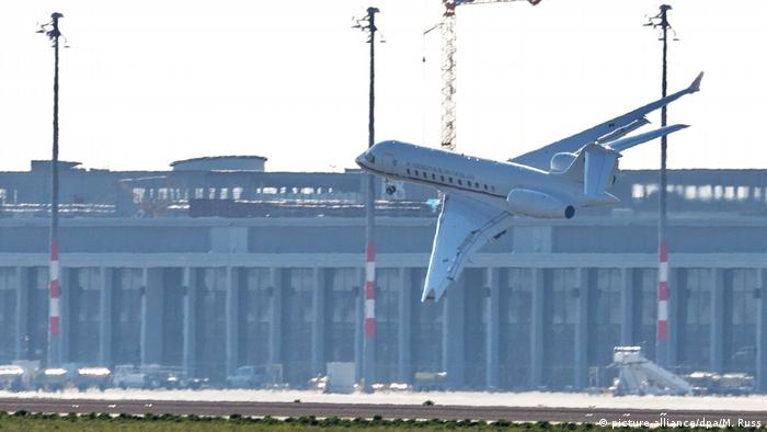 Bombardier Global 5000 jet lands at a severe angle