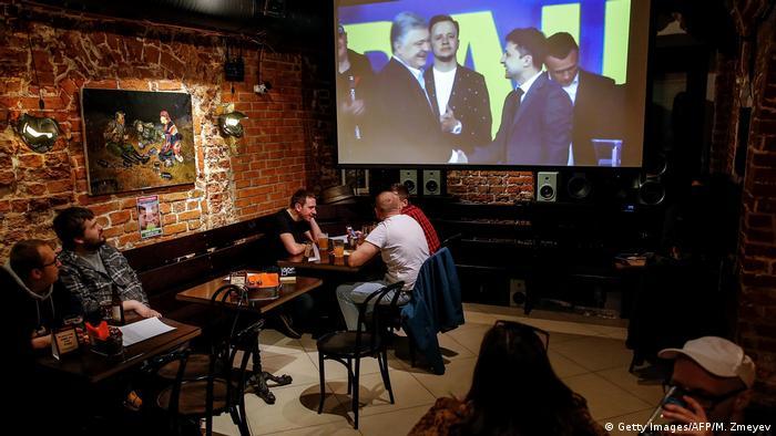 На экране ТВ дебаты Порошенко и Зеленского перед выборами президента