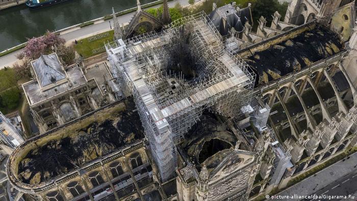 Zdjęcie wypalonej katedry z lotu ptaka