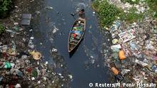 Bangladesch, Dhaka: Mann sammelt Plastikmüll ein