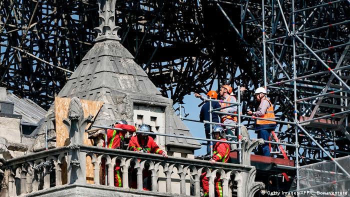 Frankreich, Paris: Bauerarbeiter und Feuerwehr inspizieren Notre Dame