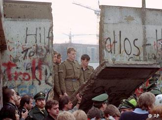 برخی براین نظراند که سقوط دیوار برلین چنان غافلگیرکننده بوده است که بعضاً رهبران دولتهای اروپایی نیز بدان سرعت باور نمی کرده اند