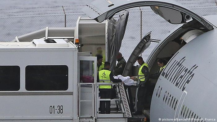 Madeira Busunglück Medevac fliegt Verletzte aus (picture-alliance/AP/Photo/A. Franca)