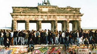 10. November 1989: Deutsch-deutsche Euphorie am Brandenburger Tor (Foto: AP)