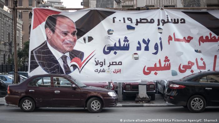 Billboards and panels are displayed in the streets of Cairo to encourage citizens to vote ''yes'' during the referendum (picture-alliance/ZUMAPRESS/Le Pictorium Agency/C. Sharrock)