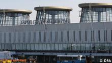 Heldenstadt Leningrad steht in kyrillischen Lettern am Flughafengebäude in Pulkovo 1 von St. Petersburg, aufgenommen am 14.07.2006. Der Inlandsterminal liegt 18 km südlich der Stadt an der Neva. Foto: Bernd Settnik +++(c) dpa - Report+++