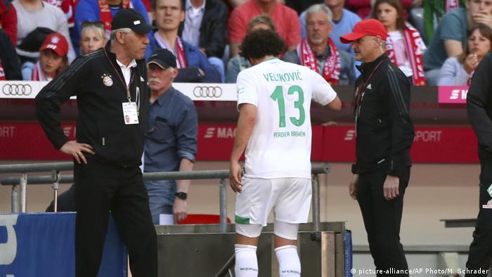 1. Bundesliga | FC Bayern München - Werder Bremen | Rote Karte (picture-alliance/AP Photo/M. Schrader)