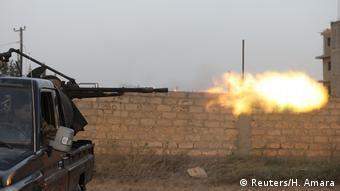 Libyen   Libyens international anerkannte Regierungstruppen schießen bei Kämpfen mit östlichen Truppen in Ain Zara