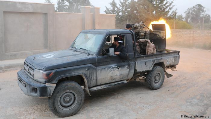 Libyen | Libyens international anerkannte Regierungstruppen schießen bei Kämpfen mit östlichen Truppen in Ain Zara (Reuters/H. Amara)