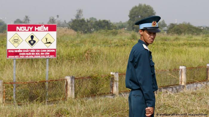 Bien-Hoa-Areal mit Warnschild