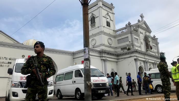 Sri Lanka Colombo Militär nach Explosion vor St. Anthony's Kirche (Reuters/D. Kiyanawatte)