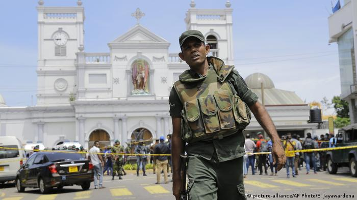 A soldier walks past a security line outside St. Anthony's Shrine after the blast (picture-alliance/AP Photo/E. Jayawardena)