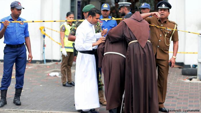 Drei Priester auf dem Weg in die abgesperrte Sankt-Antonius-Kirche (Reuters/D. Liyanawatte)