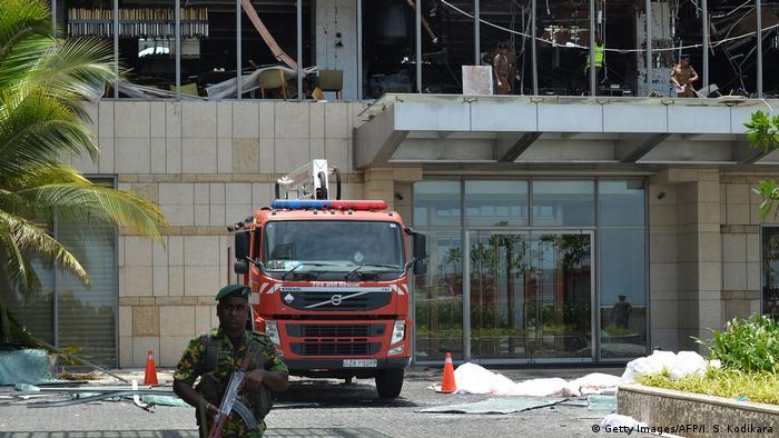 Sri Lanka: Feuerwehrauto steht nach der Explosion vor dem Shangri-La Hotel in Colombo (Getty Images/AFP/I. S. Kodikara)