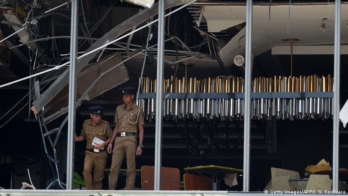 Polizisten suchen nach Spuren in den Trümmern der Shangri-La-Fassade (Getty Images/AFP/I. S. Kodikara)
